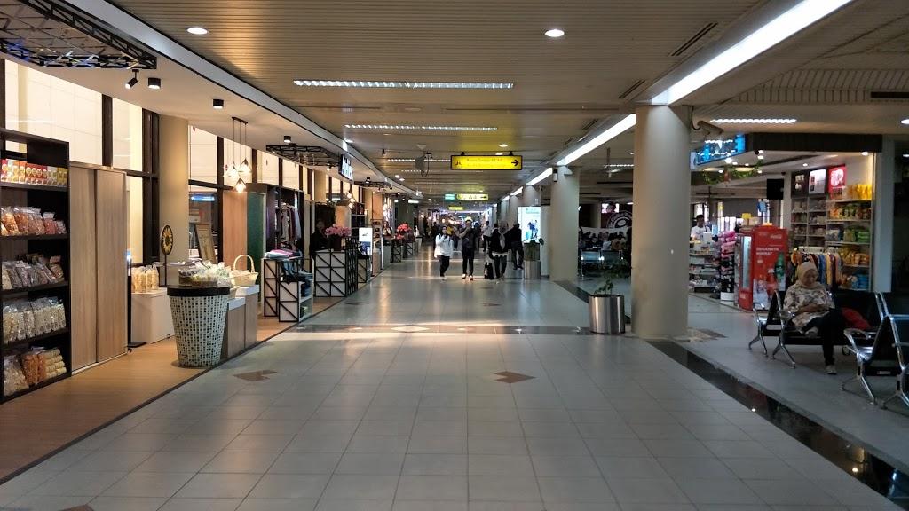 Tempat Berbelanja Di Ruangan Keberangkatan Bandara Internasional Hang Nadim Batam
